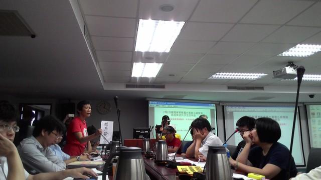 台灣水資源保育聯盟陳椒華表示,沒有回應地下水問題把爭議講清楚,不符合程序發言。攝影:林倩如。