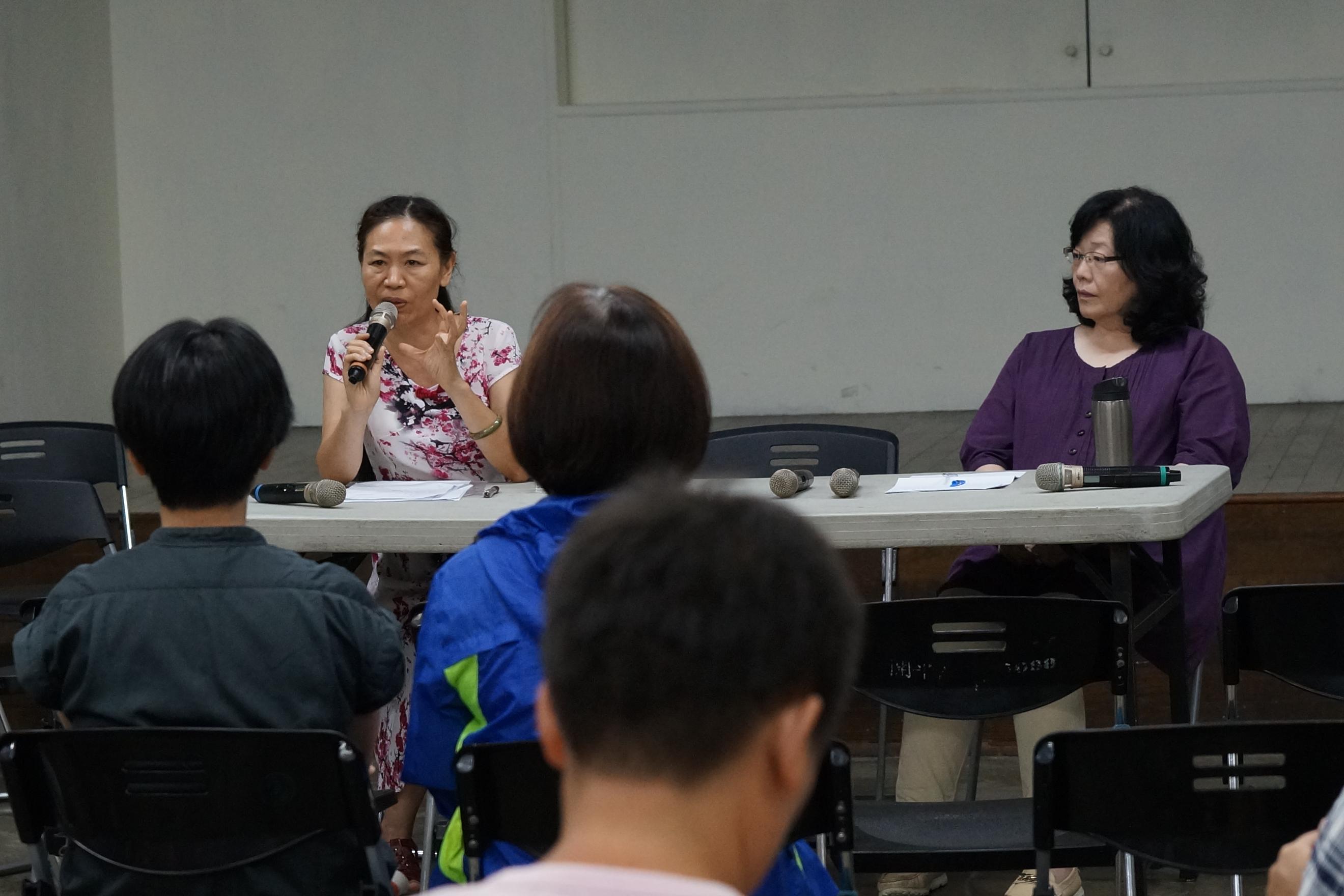 圖為本文作者林香君(台前左一)於7月11日社會學習平台推動聯盟舉辦的「輔大性侵『案外案』論壇」上發言。(資料照片/社影:王顥中)