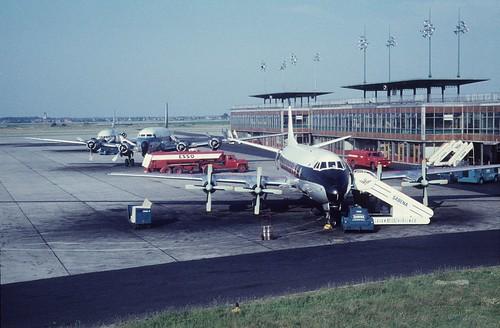 1961-07 Aéroport de Bruxelles National, Vickers Viscount de la BEA , DC-6 de la SABENA et une Caravelle non identifiée