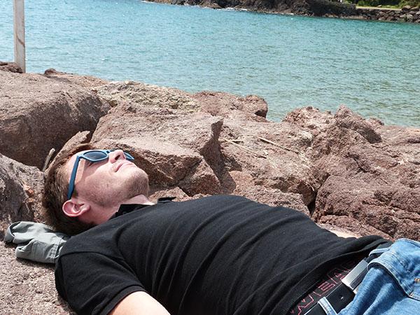 sieste sur les rochers