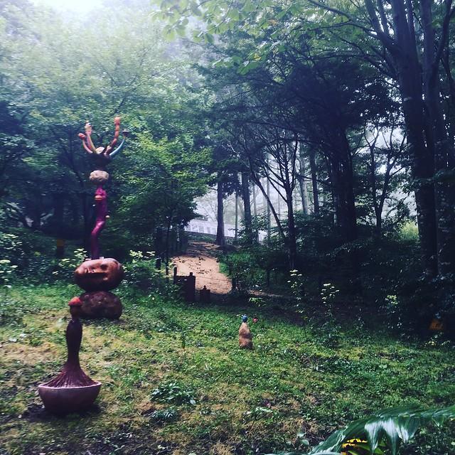 木の作品は雨風にサラされて劣化するが、それもアート。