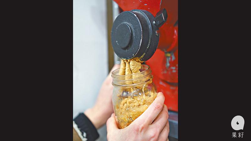 箱裏的花生,一壓出來就成花生醬,鮮製的味道特別濃郁。因保鮮期短,Lauren只會購買約兩餐的份量,而且不會浪費。319克的有機花生醬,盛惠40港元。