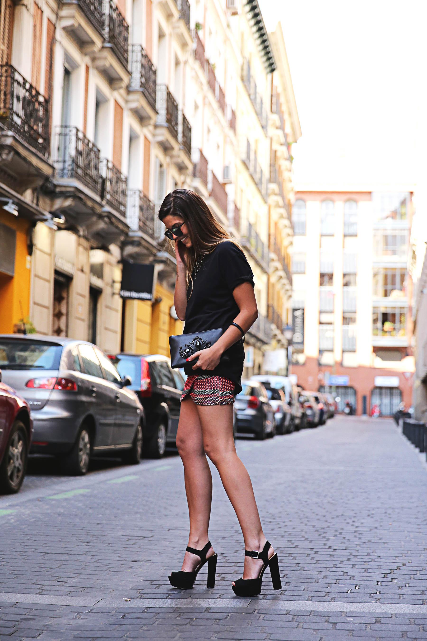 trendy-taste-look-outfit-street-style-ootd-blog-blogger-fashion-spain-moda-españa-falda-etnica-ethnic-print-skirt-steve-madden-basic-tee-dior-black-negro-9