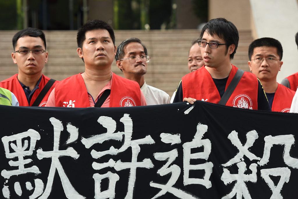徐國堯(左二)遭高雄市消防局免職後提出行政訴訟,但高雄高等行政法院今日判決駁回判徐敗訴。(攝影:宋小海)