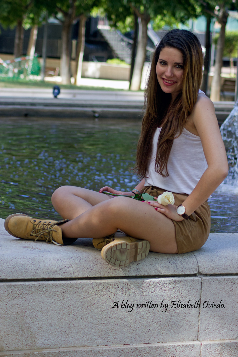 shorts-marrones-H&M-con-botas---HEELSANDROSES-look-outfit(6)