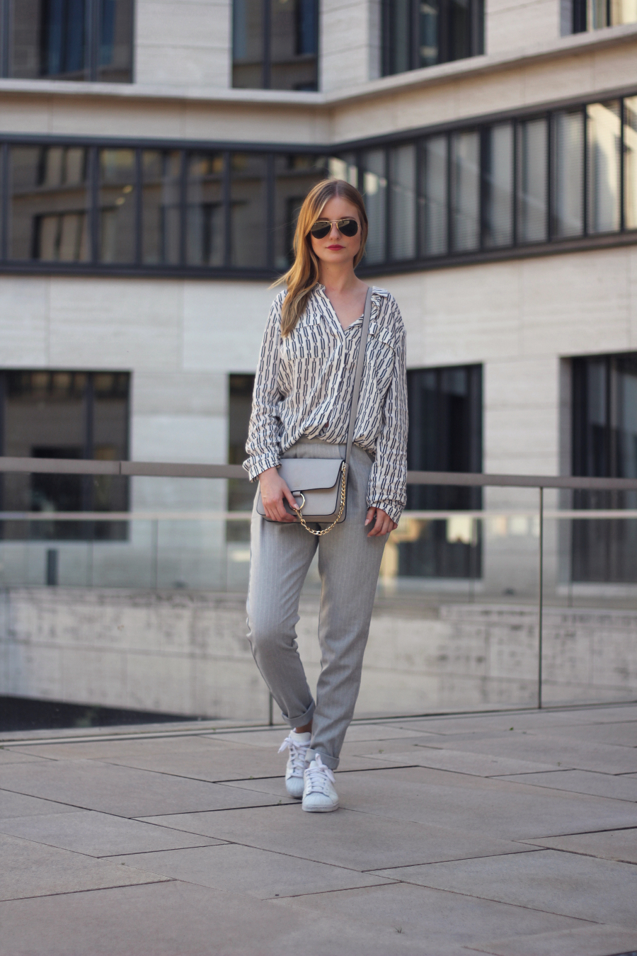 outfit glamourous hose esprit bluse ton in ton grau weiß adidas superstars chloe dupe yesstyle rayban