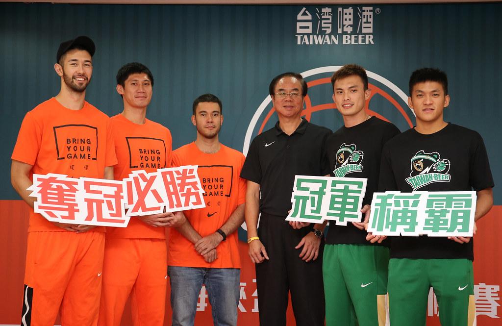 簡浩(圖左起)、林金榜、麥班達、劉華林、呂奇旻與于煥亞。(中華民國籃球協會提供)