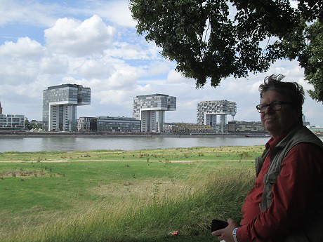 Blick von der schäl Sick auf Kranhäuser und Kölner Dom