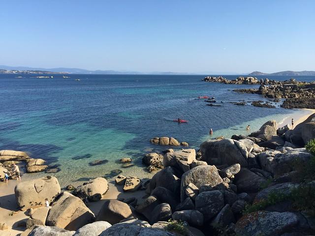 Playas y calas que se ven en la pasarela de madera de San Vicente do Mar a Con Negro (Rías Baixas, Galicia)