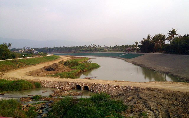 2015年底,屏縣府拓寬佳平溪河道,並移除兩旁的原生植物設置自行車道。攝影:李育琴