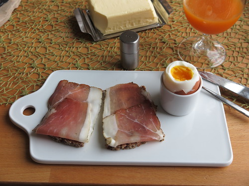 Schinkenspeck (Bio Janssen) auf Oldenburger Vollkornbrot zum Frühstücksei