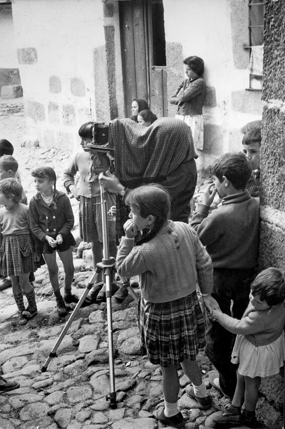 Evelyn Hofer trabajando en España en 1963 © Evelyn Hofer