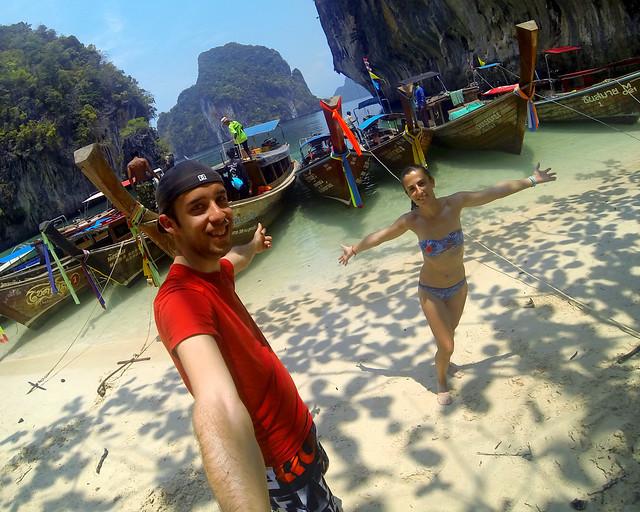 En el paraíso de Tailandia rodeados de barquitas longtail de colores