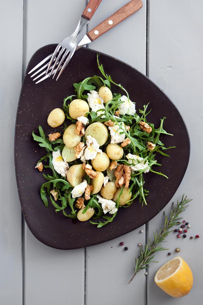 салата с пресни картофи рукола и моцарела