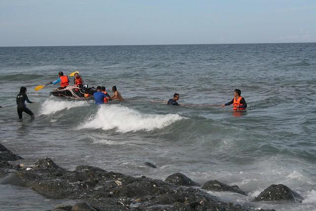 平台下錨在海上三天後完成耐浪測試。圖片來源:廖鴻基臉書。