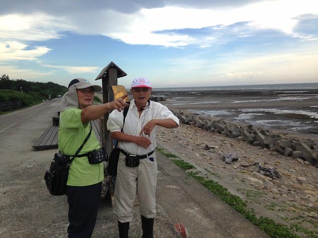 葉斯桂(左)擔任藻礁解說之餘,平日就是收集整理當地文史。攝影:廖靜蕙