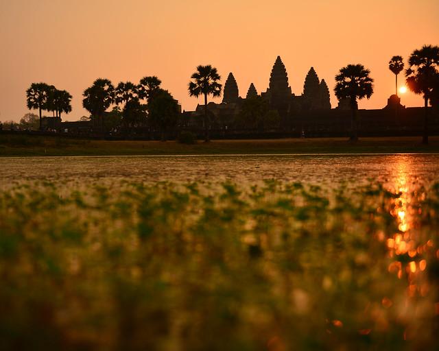 La laguna de Angkor Wat al amanecer con el sol entre los templos