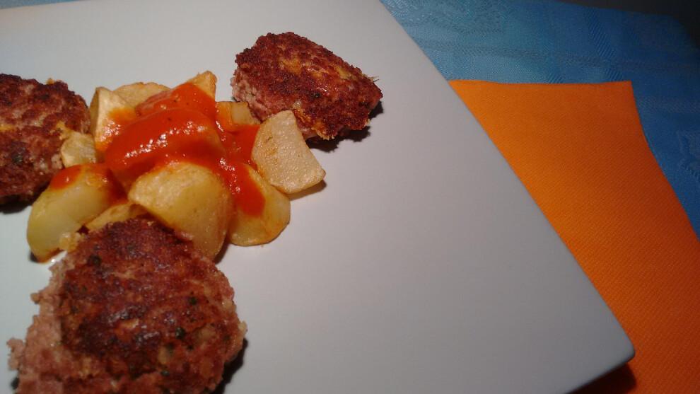 Filetes rusos con patatas bravas