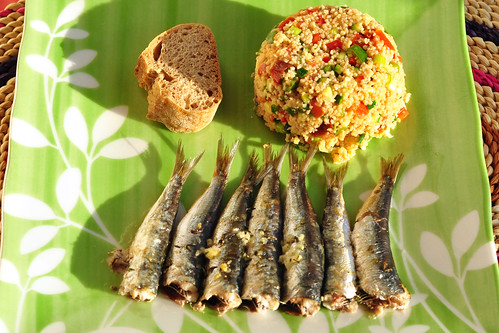 Taboulé (Couscous-/Kuskus-Salat) stammt aus der arabischen Küche. Für meinen sommerlichen Salat habe ich 1 Tasse Couscous (Bulgur) mit 1,5 Tassen kochendem Wasser übergossen und 10 Minuten quellen lassen. Zwischenzeitlich wurden 1 rote Paprikaschote, 2 Tomaten, 1 Zucchino, 1 Zwiebel und viel Zwiebelgrün in feine Brunoise geschnitten und alles mit frisch gepresstem Knoblauch, Olivenöl, Essig, Pfeffer und Salz pikant angemacht. Frische Minzblättchen sollten nicht fehlen. Mit Baguette - oder wie hier: Walnussbrot - eine fleischlose sommerliche Vorspeise. Oder mit gegrillten Sardinen als Hauptgericht. - Fotos und Collage: Brigitte Stolle 2016