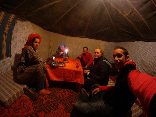 Tomando un té de hospitalidad en una jaima de Marruecos