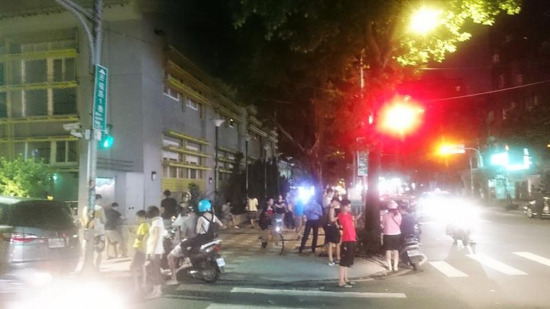 新北市某國小,晚間聚集了大量Pokémon GO玩家。攝影:賴品瑀。