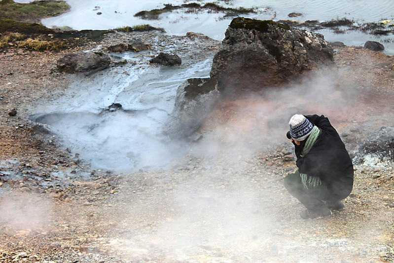 haciendo una foto a los barros que emanan vapor volcánico en Islandia
