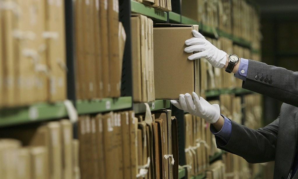 хранитель главный архивных фондов архивист ликвидирует неприятный запах