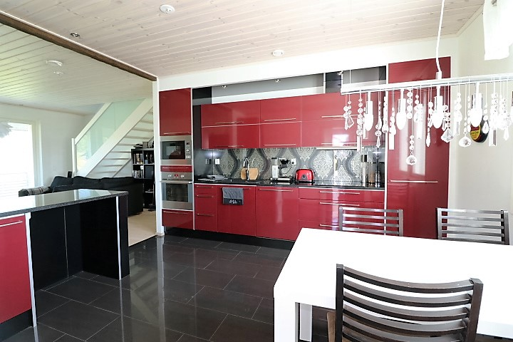 punaiset_keittiönkaapit
