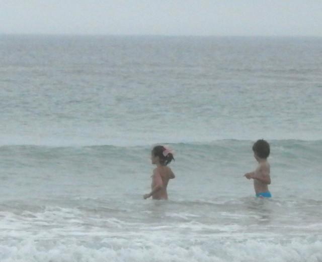 Niña y niño en el mar
