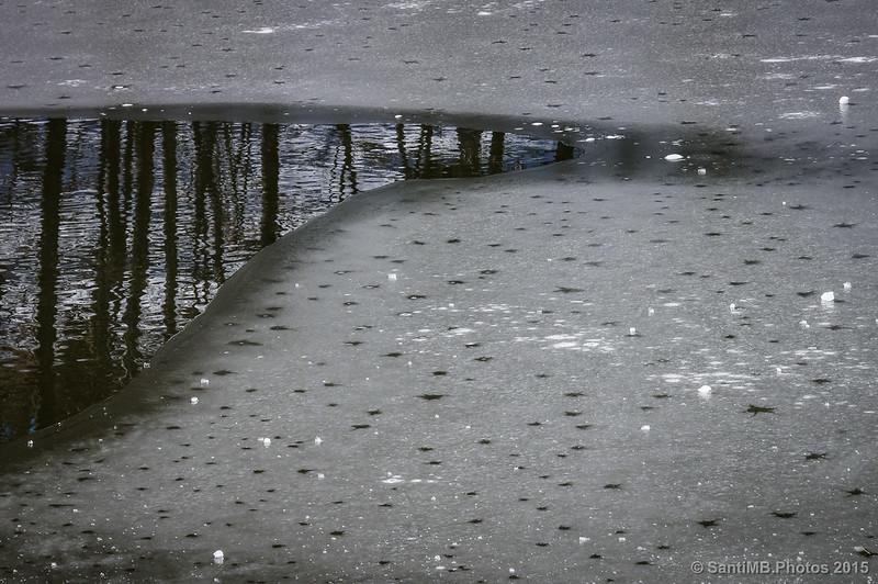 Cambio de estado, agua helándose y hielo fundiéndose
