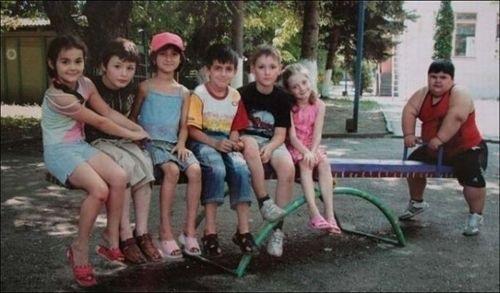 foto graciosa de niños en un balancín