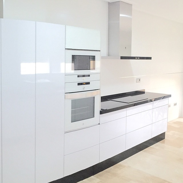Cocina completa compuesta por horno balay 3hb558bc blanco for Cocinas blancas con electrodomesticos blancos