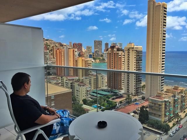 Sele en la terraza de la habitación del Hotel Don Pancho (Benidorm)