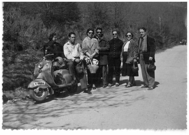 MANUEL QUEREDA, ENCARNACION VIDAL Y UNOS AMIGOS FOTOGRAFIADOS JUNTO A UNA LAMBRETTA (1961)