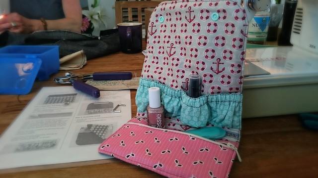 Die fertige Tasche für Mama mit rosa Reißverschlusstasche und türkisem Fläschchenhalter.