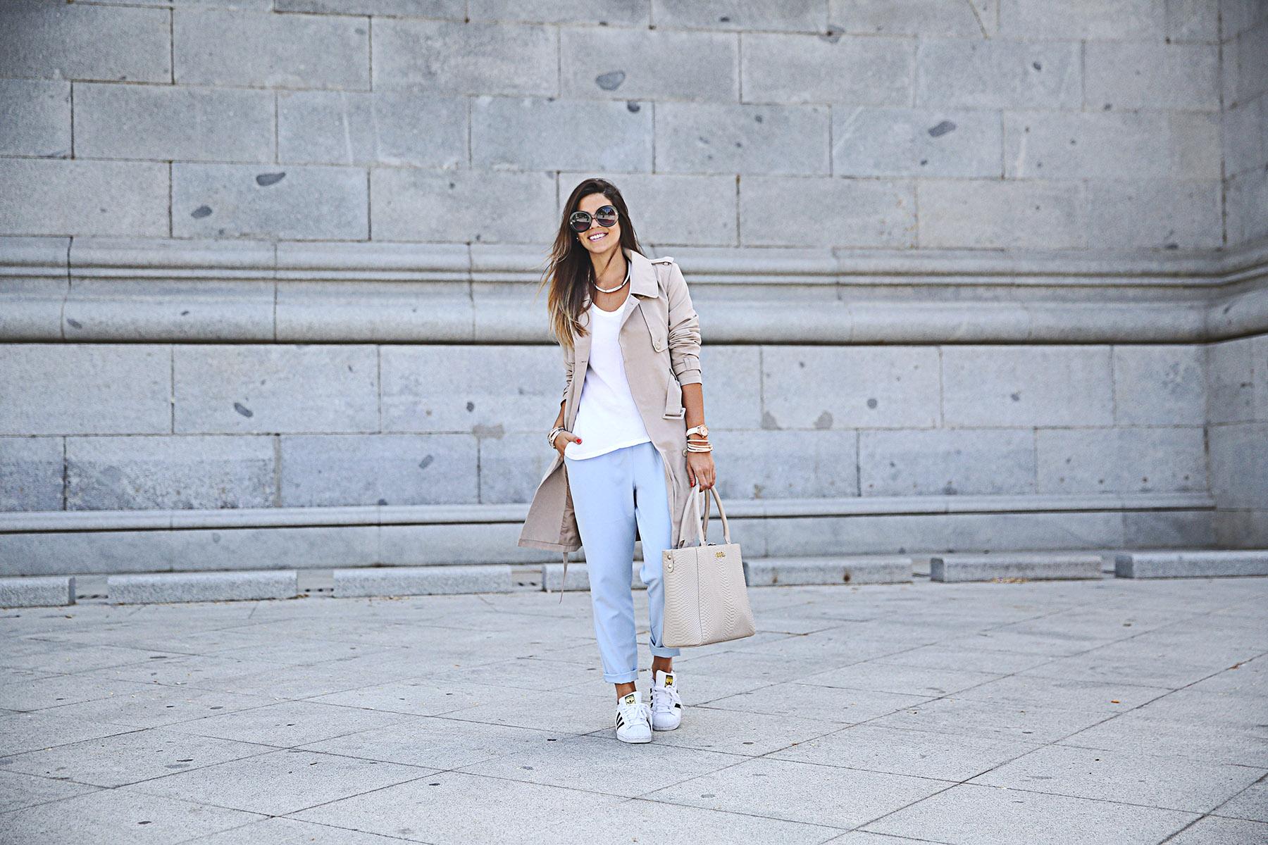 trendy-taste-look-outfit-street-style-ootd-blog-blogger-fashion-spain-moda-españa-folli-follie-shooting-trench-gabardina-adidas-superstar-camiseta-basica-basic-tee-6