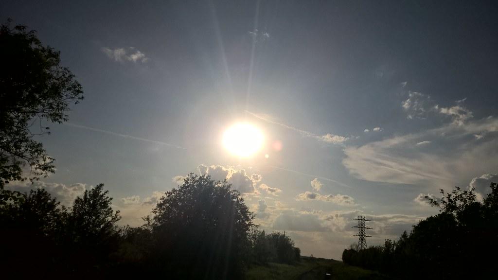 Ярко светит солнце