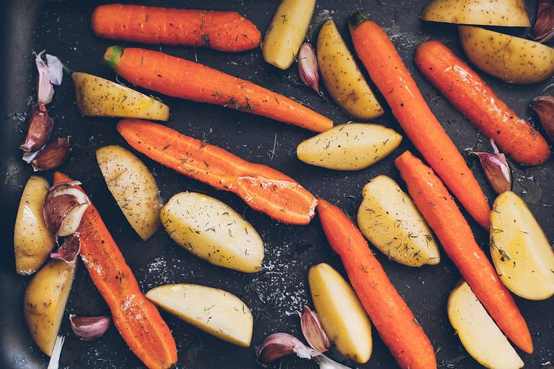 Frango Assado Aberto com Batatas e Cenouras