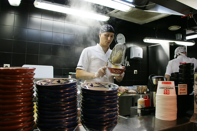 A guy making Udon (Japanese style noodles), Saint Petersburg, Russia サンクトペテルブルクの丸亀製麺