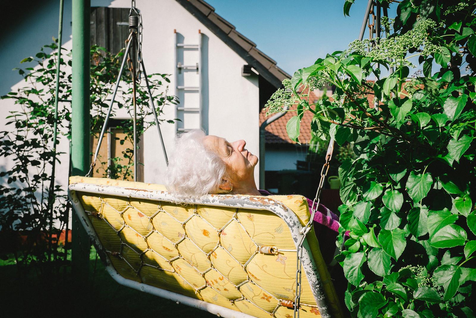 lady on the garden swing | by sinnen