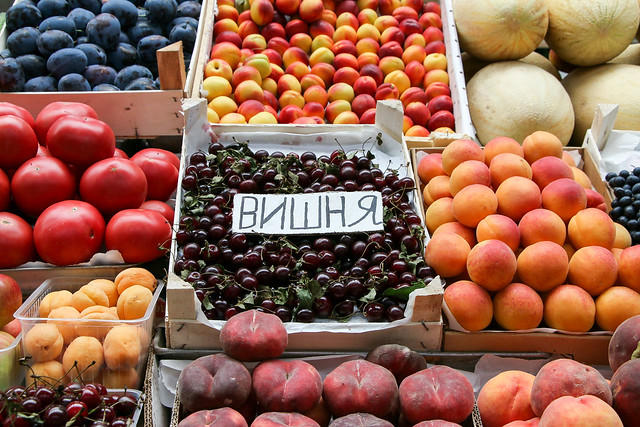 Fresh fruits in the Kuznechny market, Saint Petersburg, Russia サンクトペテルブルク、市場の新鮮な果物たち