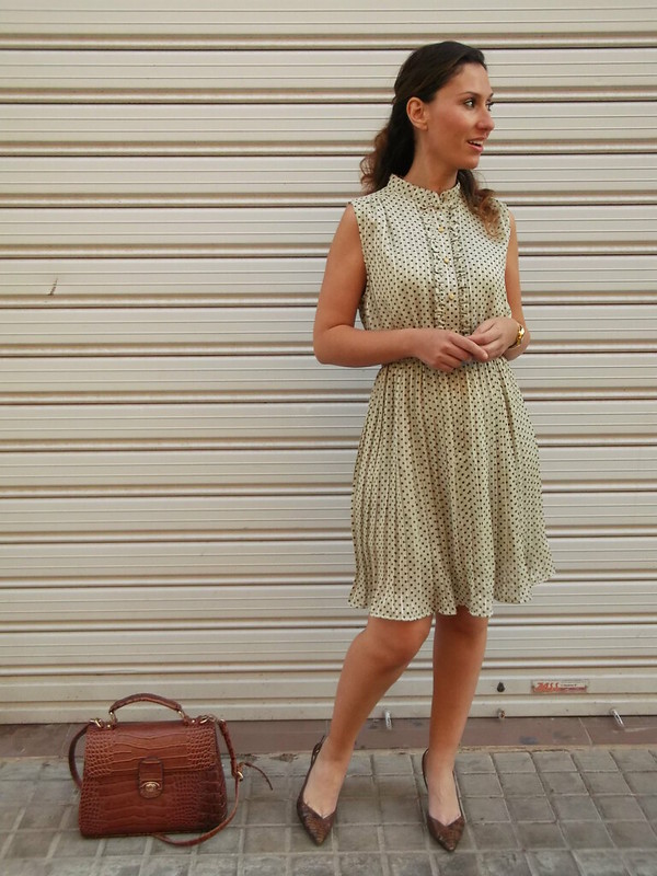 Vestido beige, topitos marrones, plisado, zapatos destalonado marrones, serpiente, bolso vintage marrón, beige dress, brown polka dots, pleated, undercut brown shoes, snakeskin, brown vintage bag, Susi sweet dress, Uterqüe, Parfois, Aristocrazy, Casio, Gemmasu Jewels