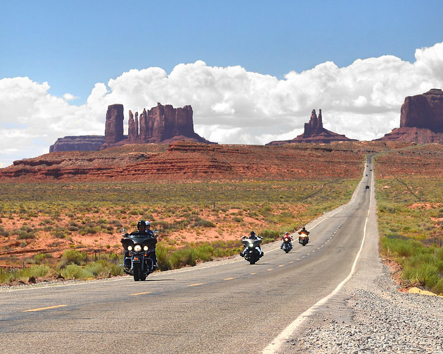 Caravana de moteros atravesando la famosa recta de Monument Valley