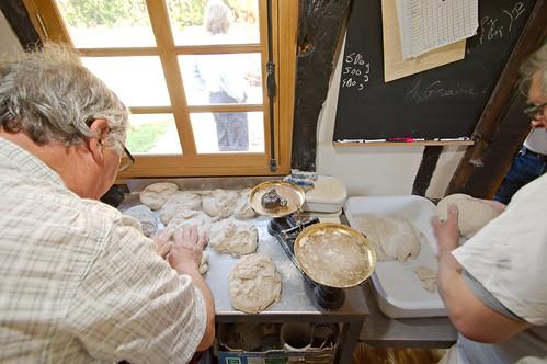 Georges et Alain confectionnant les boules de pain