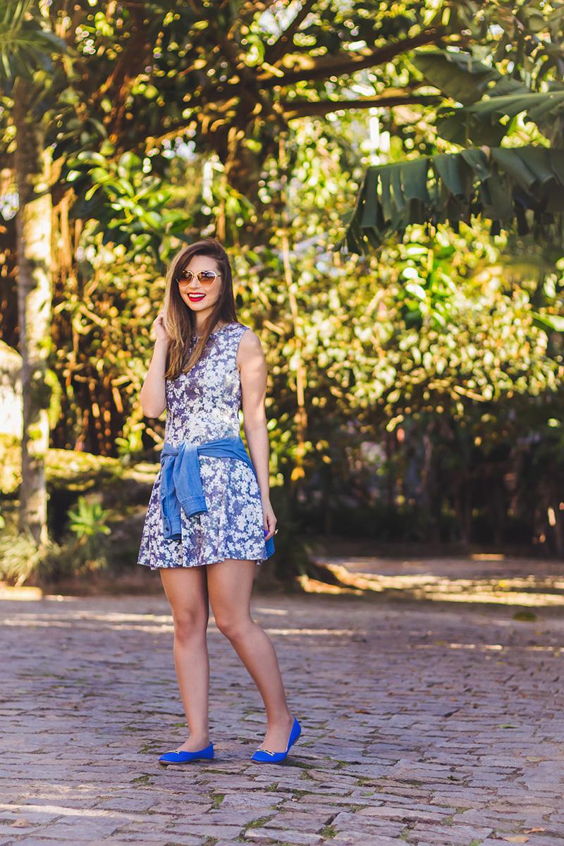 1-look do dia vestido florido com camisa jeans amarrada jana taffarel blog sempre glamour