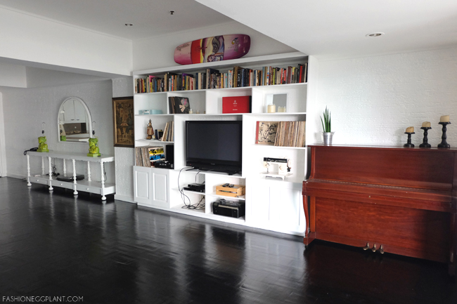 BLACK FLOOR WHITE WALLS INTERIOR DESIGN