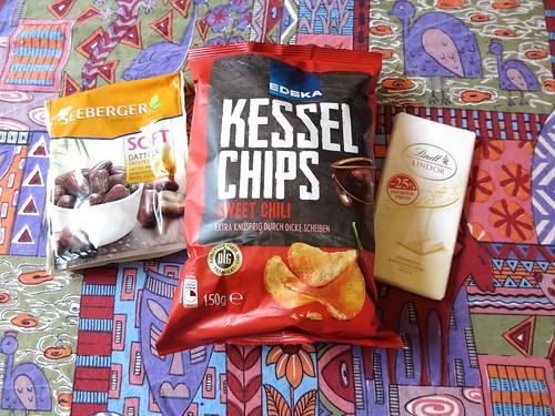 Soft Datteln (Seeberger), Sweet Chili Kessel Chips (Edeka) und Weiße Schokolade (Lindt)