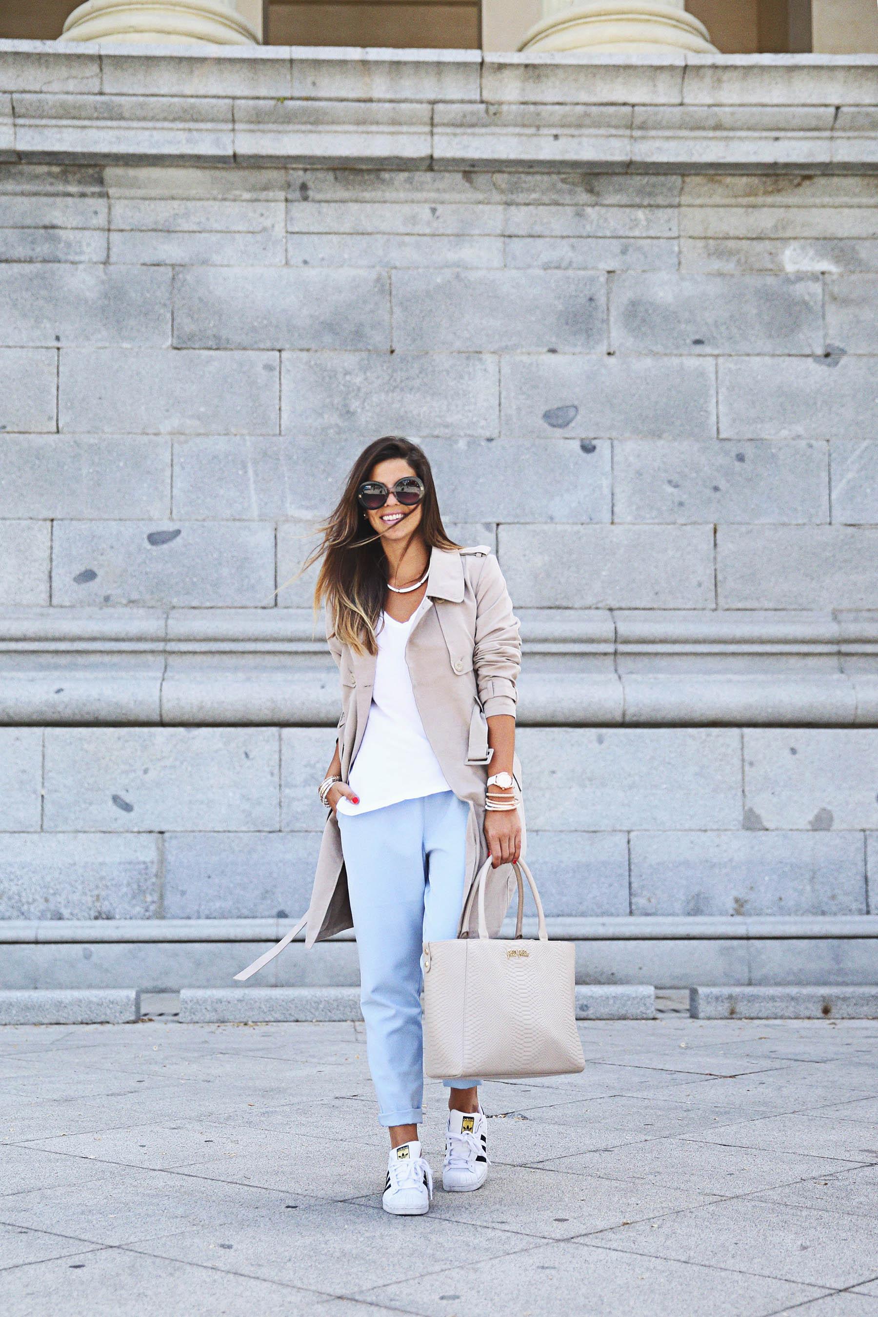 trendy-taste-look-outfit-street-style-ootd-blog-blogger-fashion-spain-moda-españa-folli-follie-shooting-trench-gabardina-adidas-superstar-camiseta-basica-basic-tee-5