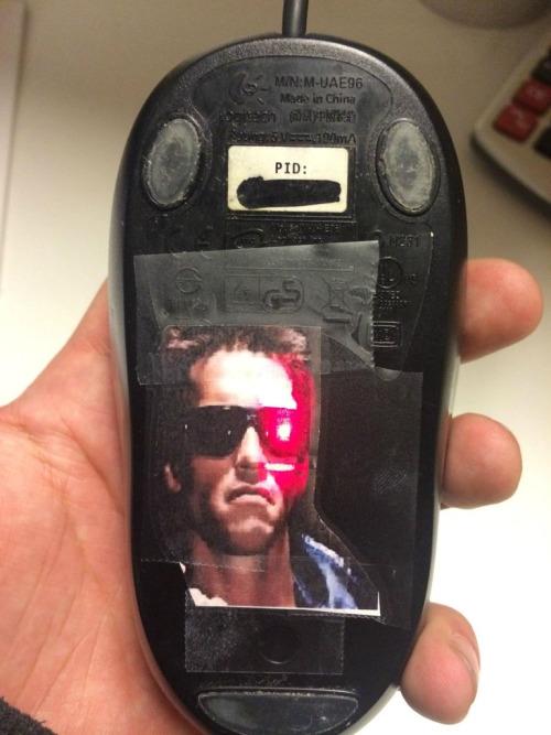 imagen graciosa de geek con raton Terminator