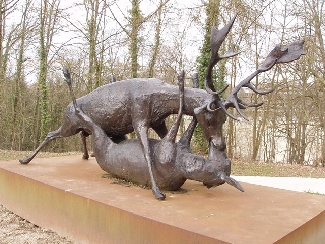 201503220272-Lux-rutting-deer-sculpture_resize